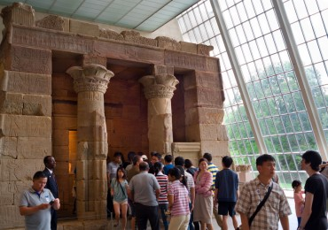 chinese-tourists-us-metropolitan-museum-art.jpg