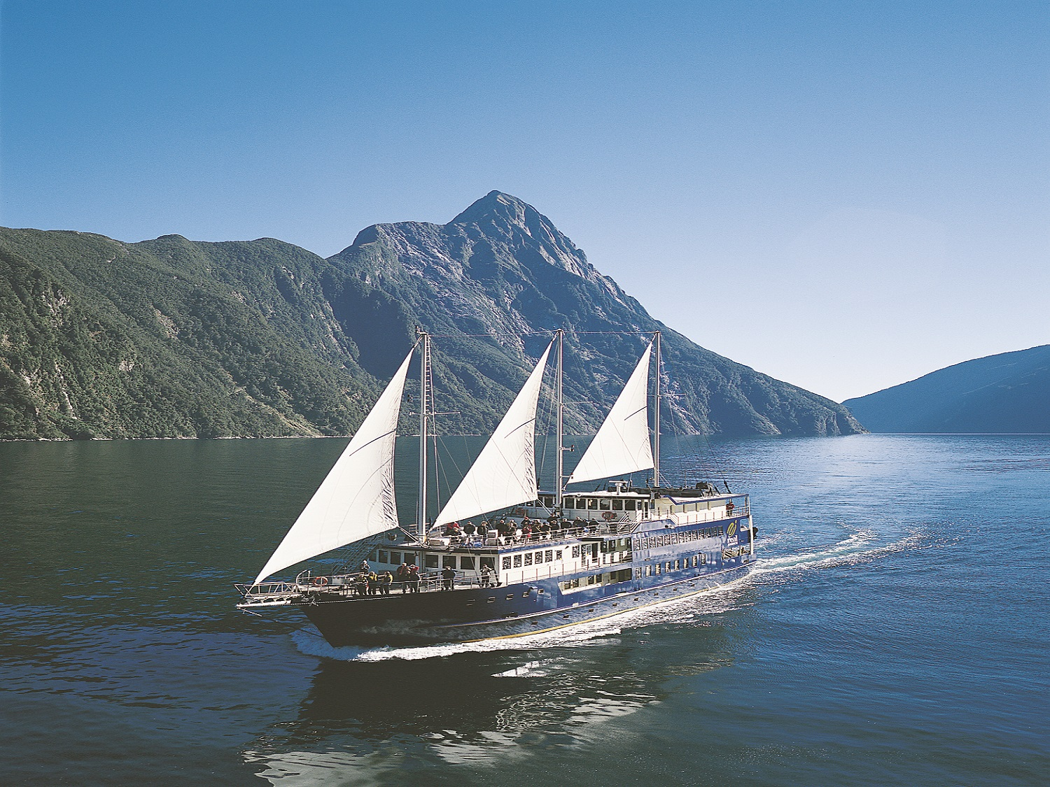Milford Wanderer sails the fiord.