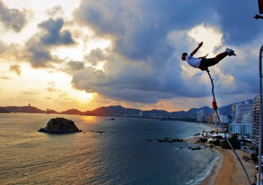 tourist-bungee-jumping-in-acapulco-on-flickr-e1536595330438.jpg